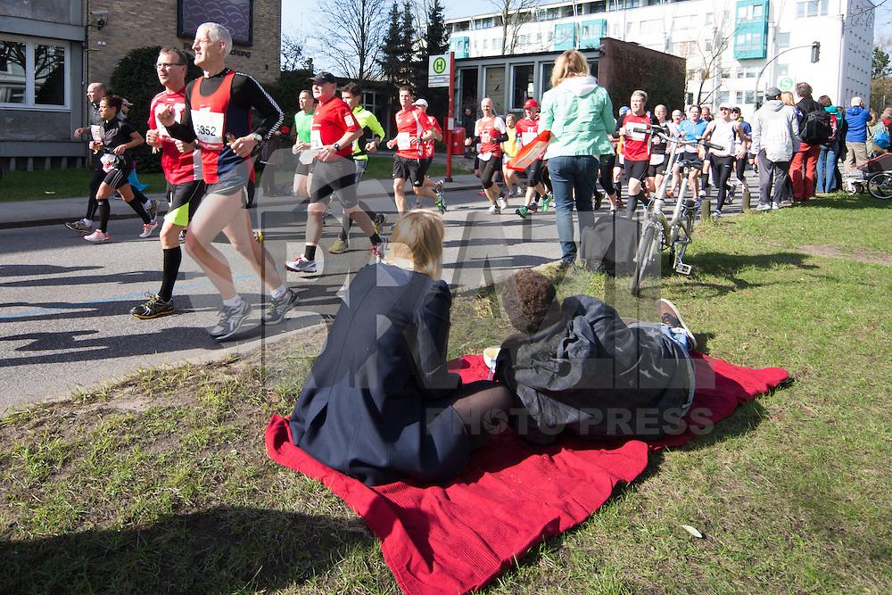 HAMBURGO, ALEMANHA, 21 ABRIL 2013 - MARATONA DE HAMBURGO - Competidores durante a Maratona de Hamburgo na Alemanha neste domingo, 21. (FOTO: HENNING ANGERER / PIXATHLON / BRAZIL PHOTO PRESS)..