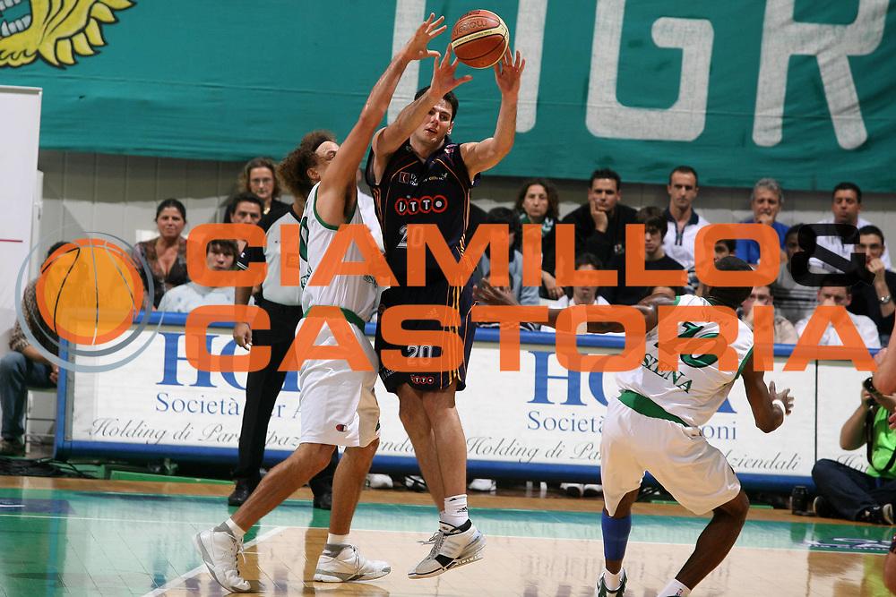 DESCRIZIONE : Siena Lega A1 2006-07 Playoff Semifinale Gara 1 Montepaschi Siena Lottomatica Virtus Roma <br /> GIOCATORE : Ognjen Askrabic<br /> SQUADRA : Lottomatica Virtus Roma <br /> EVENTO : Campionato Lega A1 2006-2007 Playoff<br /> Semiinale Gara 1<br /> GARA : Montepaschi Siena Lottomatica Virtus Roma <br /> DATA : 30/05/2007 <br /> CATEGORIA : Passaggio<br /> SPORT : Pallacanestro <br /> AUTORE : Agenzia Ciamillo-Castoria/G.Ciamillo