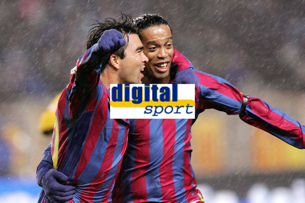 Fotball<br /> Spania 2005/2006<br /> Foto: Dppi/Digitalsport<br /> NORWAY ONLY<br /> <br /> ESPANYOL BARCELONA v FC BARCELONA<br /> <br /> 07/01/2006<br /> <br /> JOY DECO / RONALDINHO (BRA) AFTER THE DECO'S GOAL