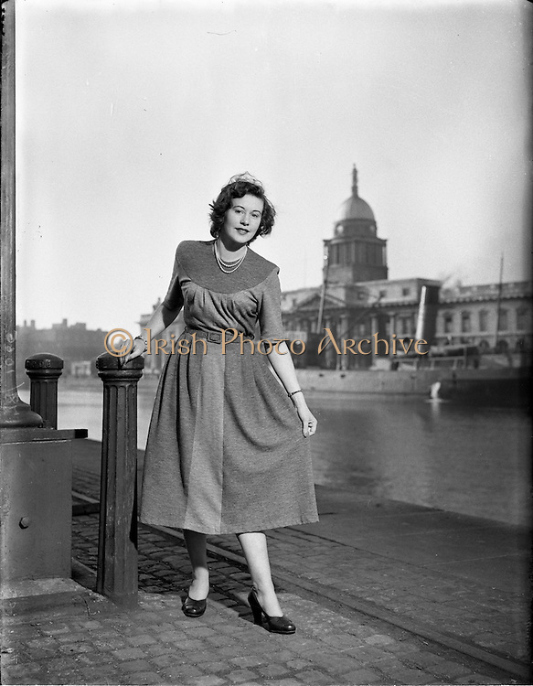 15/10/1952.10/15/1952.15 October 1952.Fashion: Miss Betty Cronin at Customs House, Dublin.