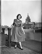 15/10/1952.10/15/1952.15 October 1952.Fashion: Miss Betty Cronin at Customs House, Dublin.