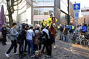 Een groep demonstranten ontfermen zich over een jongen die vlak daarvoor door de politie tegen de grond is gewerkt en daarbij gewond is geraakt. Op de Stadhuisbrug in Utrecht hebben enkele tientallen mensen, voornamelijk moslimvrouwen, zich verzameld om te demonstreren tegen de oorlog in Gaza. De groep riep diverse leuzen. Later voegden ook enkele Marokkaanse jongens bij de demonstratie. Toen ze gingen lopen door de stad, liep het heel even uit de hand. Een jongen is daarbij gewond geraakt