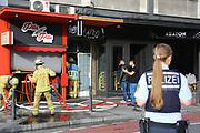 Mannheim. 30.06.17   Brand in der Innenstadt<br /> Innenstadt. N7. Brand in einer Bar.<br /> Zu einem größeren Rückstau von Lieferfahrzeugen in der Kunststraße führt derzeit ein Brand in der Mannheimer Innenstadt. Wegen der Löscharbeiten ist die Kunststraße derzeit noch gesperrt. Die Feuerwehr war am Morgen zu einer Verpuffung in einem Gastronomiebetrieb gerufen worden. Tatsächlich brannte es in der Küche. Das Feuer führte zu einer starken Rauchentwicklung. Zeitweise waren zwei Löschzüge der Berufsfeuerwehr und die Freiwillige Feuerweh Innenstadt im Einsatz. Derzeit werden die Schläuche eingerollt, die Einsatzstelle wohl in kurzer Zeit freigegeben. Bei dem Brand zogen sich drei Personen Rauchgasvergiftungen zu. Sie kamen zur Behandlung ins Krankenhaus.<br /> <br /> <br /> BILD- ID 0433  <br /> Bild: Markus Prosswitz 30JUN17 / masterpress (Bild ist honorarpflichtig - No Model Release!)