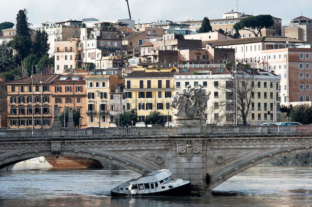 Roma 3 Febbraio 2014<br /> Un barcone ha rotto gli ormeggi per la forza della piena del Tevere ed è stato spinto dalla impetuosa corrente contro Ponte Vittorio<br /> Roma è stata una delle città più colpite da un'ondata di pioggia torrenziale che ha provocato numerosi allagamenti in vari quartieri della città.<br /> Rome, Italy. 3st February 2014<br /> A barge broke its moorings by the force of the flood of the Tiber and was pushed by the  current against Ponte Vittorio<br /> Rome has been one of the cities worst hit by a wave of torrential rain, that caused flooding in several different neighborhoods of the city.