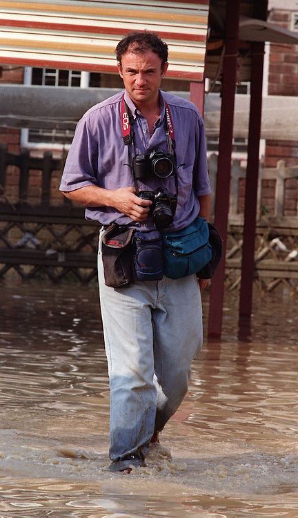 Greg Marinovich icovering floods in Ladysmith, KwaZulu natal, 1009. (pic Joao Silva)