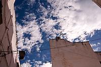 Il cielo azzurro dcontrasta con il bianco delle case del borgo antico di ostuni.