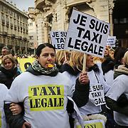 """Centinaia di tassisti in corteo per protestare contro Uber. I manifestanti agitano cartelli con la scritta """"Je suis taxi legale"""" e slogan contro l'abusivismo. Torino 17 febbraio 2015"""