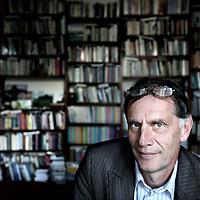 """Nederland, Amsterdam , 18 oktober 2011..prof. jhr. dr. Jan Michiel Baud (1 december 1952) is een Nederlands historicus. Baud is als professor in Latijns-Amerikastudies en directeur van het Centrum voor Studie en Documentatie van Latijns-Amerika (CEDLA) verbonden aan de Universiteit van Amsterdam..Bij het grote publiek werd hij vooral bekend als de leider van het onderzoek naar de rol van de vader van Máxima Zorreguieta, Jorge Zorreguieta, als staatssecretaris tijdens het bewind van de Argentijnse dictator Jorge Videla. Het onderzoek, via een geheime opdracht van minister-president Wim Kok aan prof. dr. Michiel Baud, had als conclusie dat Zorreguieta op de hoogte moet zijn geweest van deze gedwongen verdwijningen maar dat het """"praktisch uit te sluiten is"""" dat Zorreguieta in de periode van zijn regeringsdeelname """"persoonlijk betrokken is geweest bij de repressie of schending van de mensenrechten"""". Willem Alexander bevestigde tijdens een interview dat hij wist dat zijn schoonvader van tenminste één gedwongen verdwijning op de hoogte was (deze persoon was volgens Willem-Alexander weer terug gevonden), waarmee hij de resultaten van het onderzoek bagatelliseerde..Foto:Jean-Pierre Jans"""