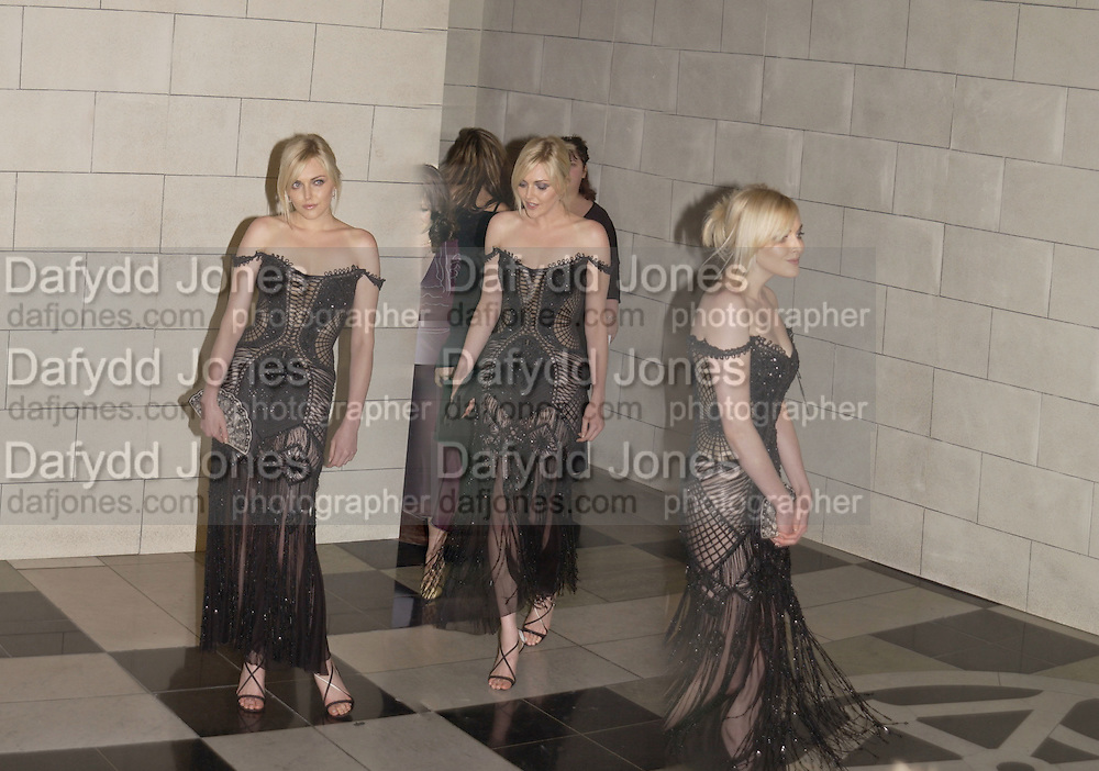 Sophie Dahl. Versace exhibition opening. V. & A. 14 October 2002. © Copyright Photograph by Dafydd Jones 66 Stockwell Park Rd. London SW9 0DA Tel 020 7733 0108 www.dafjones.com