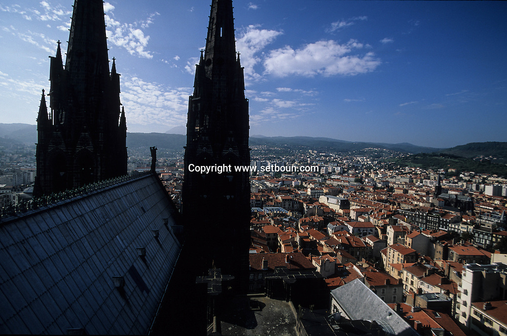 France. massif central. Clermont Ferrand. The cathedral , the old city /  / view from the tower    France  /   La cathedrale , la vieille ville  vue depuis la tour  Clermont Ferrand  France   /  / L005085  /  R20707  /  P114795
