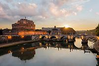 Kaiser Hadrians Mausoleum bei Sonnenaufgang. Bekannt unter dem Namen Engelsburg, ist ein turmartiges zylindrisches Gebäude in Rom. Ursprünglich Mausoleum war das Gebäude fast zweitausend Jahre Festung und Schloss.