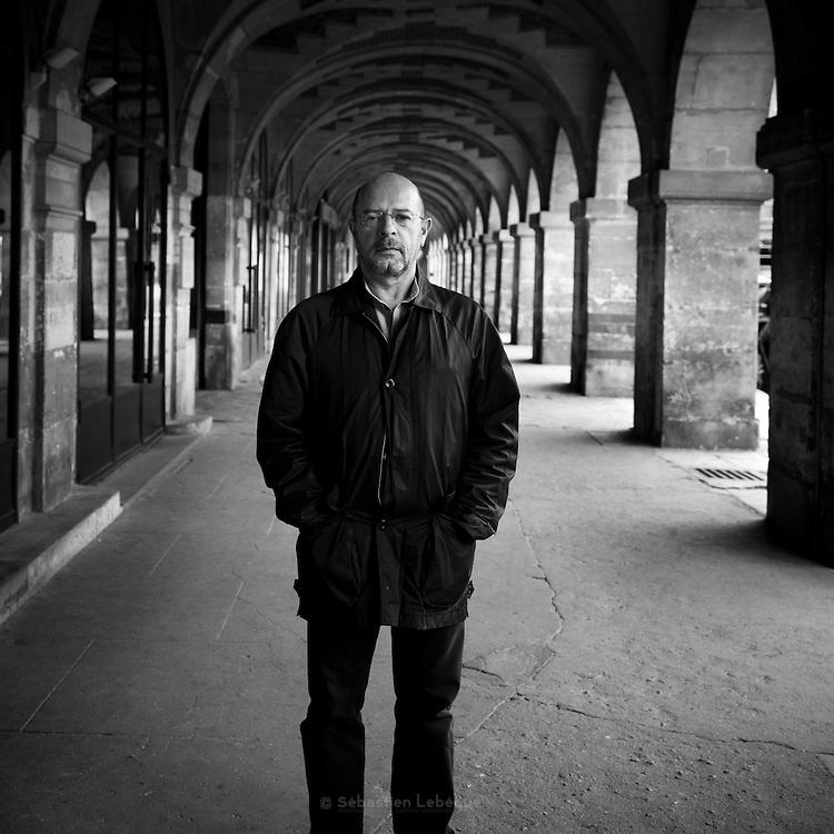 Paris - Place des Vosges - Juin 2012 - Homme à la veste noire, Il passe tous les jours sous les acrcades.