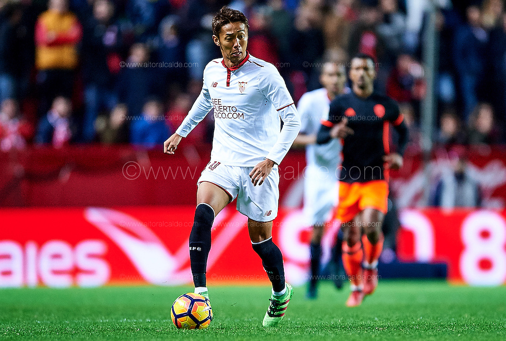 SEVILLE, SPAIN - NOVEMBER 26:  Hiroshi Kiyotake of Sevilla FC in action during the La Liga match between Sevilla FC and Valencia CF at Estadio Ramon Sanchez Pizjuan on November 26, 2016 in Seville, Spain.  (Photo by Aitor Alcalde Colomer/Getty Images)