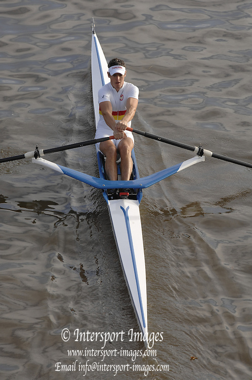 London, GREAT BRITAIN, Tom GALE, moves up to the start, to compete in the 2006 Scullers Head of the River Race, from Chiswick to Putney, West London, ENGLAND on Sat 02.12.2006  [Photo, Peter Spurrier/Intersport-images]. Rowing Course: River Thames, Championship course, Putney to Mortlake 4.25 Miles