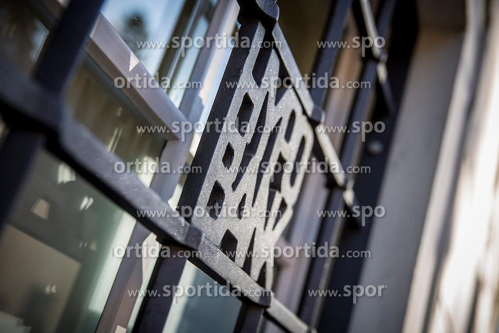 03.03.2015, Paulustorgasse, Graz, THEMENBILD, Hypo Bank, im Bild ein in ein Gitter eingearbeitetes Logo der Hypo Bank // ILLUSTRATION - Hypo Bank, the logo of the bank integrated into bars in front of a window, Graz, Austria on 2015/03/03, EXPA Pictures © 2015, PhotoCredit: EXPA/ Erwin Scheriau
