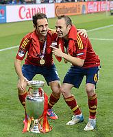 FUSSBALL  EUROPAMEISTERSCHAFT 2012   FINALE Spanien - Italien            01.07.2012 Juanfran (li) und Andres Iniesta (re, beide Spanien) mit dem EM POkal