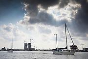 In Amsterdam varen zeilboten over het IJ.<br /> <br /> In Amsterdam sail boats sail at the IJ.