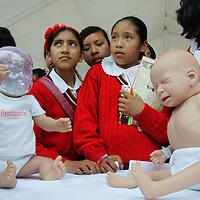 """Toluca, Mexico.-  Dentro de la gira """"Armala en Grande"""" jóvenes de secundaria tuvieron contacto con bebés robots que son utilizados para crear conciencia entre los estudiantes de la responsabilidad de tener hijos a esta edad. Agencia MVT / Crisanta Espinosa"""