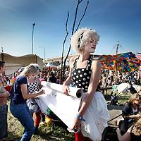 """Nederland, Amsterdam , 2 juni 2011..Op donderdag 2 juni -Hemelvaartsdag- organiseert de NDSM werf voor de derde keer het kleurrijke festival Hemeltjelief! Met een bijzondere mix van aansprekende live-bands, straattheater, kunstinstallaties en kindervertier is Hemeltjelief! een verfrissend festival dat het net even anders doet. ?Wie met Hemelvaart iets bijzonders wilt beleven, doet er goed aan op 2 juni naar de NDSM werf af te reizen. Daar organiseren de kunstenaars van de werf voor de derde keer het kleurrijke festival Hemeltjelief! Wat twee jaar geleden begon als een spontaan feest op Hemelvaartsdag voor Amsterdammers en hun kroost, groeit dit jaar uit tot een heus festival waar meer dan honderd kunstenaars en muzikanten hun steentje aan bijdragen. .Overdag is er zowel voor kinderen als hun ouders van alles te zien, te doen en mee te maken zoals T-shirts maken, circusacts instuderen, vliegtuigspotten en naar de sterren kijken in een nagemaakt heelal. ?Op de diverse podia staan grote bands en aanstormende talenten geprogrammeerd, waaronder Chef'Special, Phantom 4 feat. Rude Boy, Supercity, Den Tex en de nieuwe Amsterdamse belofte Puppa and the Clementines. Op het podium aan de waterkant bij Noorderlicht draaien o.a. Kareem Raihani, Poly Esta, Anam en Ronny Hammond. .Op de foto entertainers  """"Catoo de Wereld"""" genaamd die bezoekers tijdens het festival mooie zinnen lieten schrijven op een rol behangpapier zodat er uiteindelijk een verhaal zou ontstaan..Foto:Jean-Pierre Jans"""