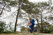 In de omgeving van Soest genieten mensen op de OV-fiets van het mooie weer tijdens het Pinksterweekeinde.<br />