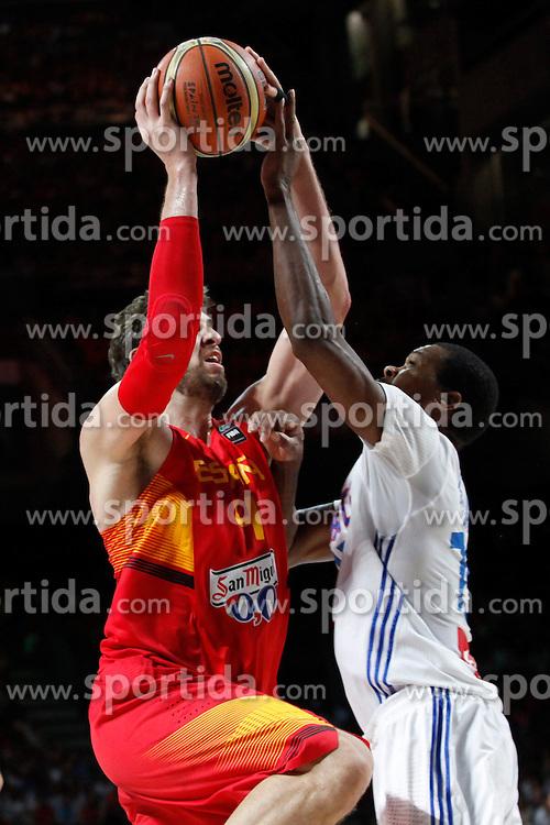 10.09.2014, Palacio de los deportes, Madrid, ESP, FIBA WM, Frankreich vs Spanien, Viertelfinale, im Bild Spain´s Pau Gasol (L) and France´s Pietrus // during FIBA Basketball World Cup Spain 2014 Quarter-Final match between France and Spain at the Palacio de los deportes in Madrid, Spain on 2014/09/10. EXPA Pictures © 2014, PhotoCredit: EXPA/ Alterphotos/ Victor Blanco<br /> <br /> *****ATTENTION - OUT of ESP, SUI*****