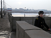 Nowosibirsk/Russische Foederation, RUS, 19.11.07: Junger Soldat auf einer Bruecke über den Fluß Ob in der sibirischen Hauptstadt Nowosibirsk.<br /> <br /> Novosibirsk/Russian Federation, RUS, 19.11.07: Young soldier on a bridge across the river Ob in the center of the Siberian capital city Novosibirsk.