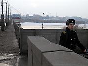 Nowosibirsk/Russische Foederation, RUS, 19.11.07: Junger Soldat auf einer Bruecke über den Fluß Ob in der sibirischen Hauptstadt Nowosibirsk.<br /> <br /> Novosibirsk/Russian Federation, RUS, 19.11.07: Young soldier on a bridge across the river Ob in the center of the Siberian capital city Novosibirsk.