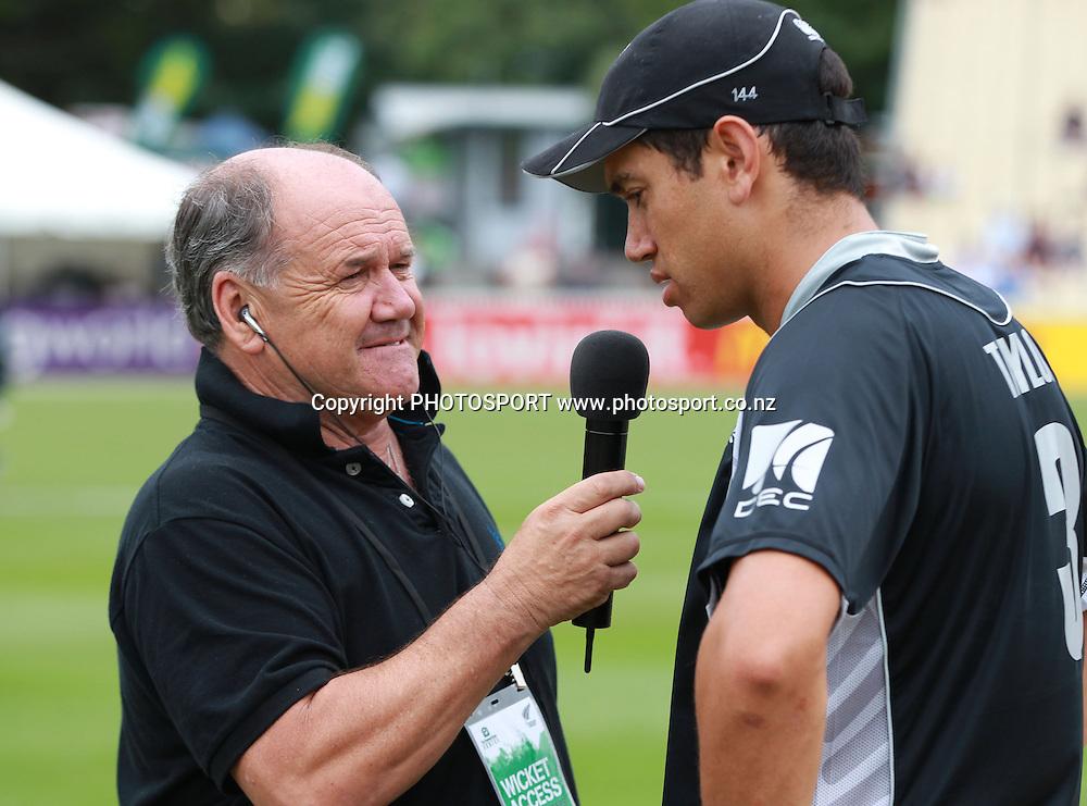 Bryan Waddle talks to Ross Taylor during the 5th ODI, Black Caps v Pakistan, One Day International Cricket. Seddon Park, Hamilton, New Zealand. Wednesday 3 February 2011. Photo: Andrew Cornaga/photosport.co.nz