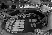 A Comunidade Quilombola Engenho Siqueira fica na cidade de Rio Formoso, na Zona da Mata pernambucana. São 70 hectares para 5 famílias. O quilombo foi homologado há cerca de 10 anos. O moradores vivem às margens do rio Siquerense (ou rio quilombola), do mangue e do mar - mariscam, pescam e plantam. As principais fonte de renda são banana, coco, macaxeira, nhame, batata, que eles vendem nas feiras da região. Os moradores trabalham no sistema SAFs e reinvindicam a aplicação do PNAE (Programa Nacional de Alimentação Escolar) no município, para escoar a produção. Rio Formoso é única cidade da Zona da Mata que ainda não adotou o programa. O prefeito atual Eli Farias se posicionou contrário a adoção de alimentos advindos dos pequenos agricultores rurais. Por pressão popular, junto com parcerias da sociedade civil, iniciou-se o processo de avaliação da produção e contatou-se que as necessidades da merenda das escolas municipais podem ser supridas com o fornecimento desta comunidade e outras seis. A Comunidade Engenho Siqueira fornecerá banana e bolos. O Centro de Desenvolvimento Agroecológico Sabiá trabalha com o grupo há cerca de 8 anos apoiando feiras e outras iniciativas. Neste momento estão assessorando famílias para a Chamada Pública de ATER (assistência técnica e extensão rural) do Ministério do Desenvolvimento Agrário (MDA).