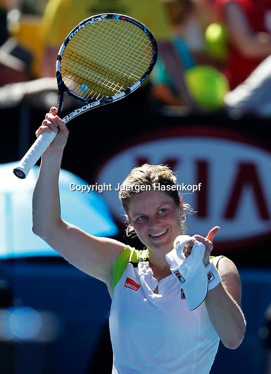 Australian Open 2012, Melbourne Park,ITF Grand Slam Tennis Tournament, Kim Clijster (BEL) winkt mit dem Schlaeger und bedankt sich beim Publikum,.Emotion,Einzelbild,Halbkoerper,Hochformat,