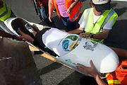 Graeme Obree is gefinished op de vijfde racedag van de WHPSC. Hij ligt op zijn buik voorover in de fiets. In Battle Mountain (Nevada) wordt ieder jaar de World Human Powered Speed Challenge gehouden. Tijdens deze wedstrijd wordt geprobeerd zo hard mogelijk te fietsen op pure menskracht. Ze halen snelheden tot 133 km/h. De deelnemers bestaan zowel uit teams van universiteiten als uit hobbyisten. Met de gestroomlijnde fietsen willen ze laten zien wat mogelijk is met menskracht. De speciale ligfietsen kunnen gezien worden als de Formule 1 van het fietsen. De kennis die wordt opgedaan wordt ook gebruikt om duurzaam vervoer verder te ontwikkelen.<br /> <br /> Greame Obree has finished on the fifth day if the WHPSC. He his lying on his belly, face forwarded in his bike.  In Battle Mountain (Nevada) each year the World Human Powered Speed Challenge is held. During this race they try to ride on pure manpower as hard as possible. Speeds up to 133 km/h are reached. The participants consist of both teams from universities and from hobbyists. With the sleek bikes they want to show what is possible with human power. The special recumbent bicycles can be seen as the Formula 1 of the bicycle. The knowledge gained is also used to develop sustainable transport.