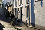 Een man fietst door de Geertestraat in Utrecht.<br /> <br /> A man cycles at the Geertestraat in Utrecht.