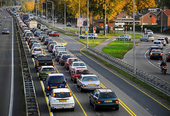 Nederland, Nijmegen, 10-10-2008File voor de Waalbrug van Nijmegen. Het KAN heeft voorspeld dat als er geen extra oeververbinding komt, in 5 jaar tijd het verkeer over de A 325 van Arnhem naar Nijmegen vastgelopen zal zijn. Deze brug is de enige toegangsweg uit het noorden, de Betuwe. Veel automobilisten nemen de afslag Lent om verderop weer in te voegen.Foto: Flip Franssen/Hollandse Hoogte