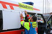 Mannheim. 29.07.17 | &Uuml;bung um M&uuml;hlauhafen<br /> M&uuml;hlauhafen. Rettungs&uuml;bung von Feuerwehr DLRG und ASB. Das Szenario: Ein Fahrgastschiff brennt und die Passagiere m&uuml;ssen gerettet werden. <br /> Auf der MS Oberrhein wird ge&uuml;bt. Dazu ankert das Schiff in der Fahrrinne des M&uuml;hlauhafens. Das Feuerl&ouml;schboot Metropolregion 1 kommt dazu.<br /> <br /> BILD- ID 0915 |<br /> Bild: Markus Prosswitz 29JUL17 / masterpress (Bild ist honorarpflichtig - No Model Release!)