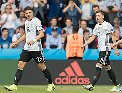 21.06.2016, Parc de Princes, Paris, FRA, UEFA Euro 2016, Nordirland vs Deutschland, Gruppe C, im Bild Mario Gomez (GER), Mesut Oezil (GER) // Mario Gomez (GER) Mesut Oezil (GER) // during Group C match between Nothern Ireland and Germany of the UEFA EURO 2016 France at the Parc de Princes in Paris, France on 2016/06/21. EXPA Pictures © 2016, PhotoCredit: EXPA/ JFK
