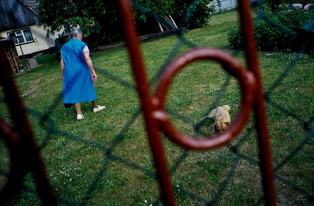 Novy Tomysl. Elsa Fleischer crosses the lawn on the property her parents had lived on until 1944.
