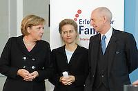 """16 OCT 2006, BERLIN/GERMANY:<br /> Angela Merkel (R), CDU, Bundeskanzlerin, Ursula v.d. Leyen (M), CDU, Bundesfamilienministerin, und Ludwig Georg Braun (R), Praesident Deutscher Industrie- und Handelskammertag, DIHK, im Gespraech, waehrend einer Pressekonferenz nach dem Spitzengespraech """"Familie und Wirtschaft"""" der Bundeskanzlerin mit der Impulsgruppe der """"Allianz für die Familie"""", Bundeskanzleramt<br /> IMAGE: 20061016-01-029<br /> KEYWORDS: Spitzengespräch"""