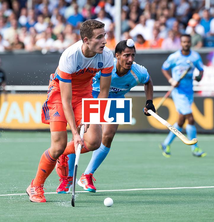BREDA - Jonas de Geus (Ned) met Dilpreet Singh (Ind.)  tijdens Nederland- India (1-1) bij  de Hockey Champions Trophy.  COPYRIGHT KOEN SUYK