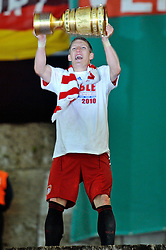 15.05.2010, Olympia Stadion, Berlin, GER, DFB Pokal Finale 2010,  Werder Bremen vs Bayern Muenchen im Bild Bastian Schweinsteiger (Bayern #31) mit dem DFB-Pokal... EXPA Pictures © 2010, PhotoCredit: EXPA/ nph/ Conny Kurth / SPORTIDA PHOTO AGENCY