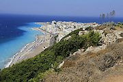 La nouvelle ville de Rhodos et son Akropolis. The Rhodean Akropolis and the modern town. Der ehemalige Akroploiis-tempel von Rhodos und die moderne Stadt. © Romano P. Riedo