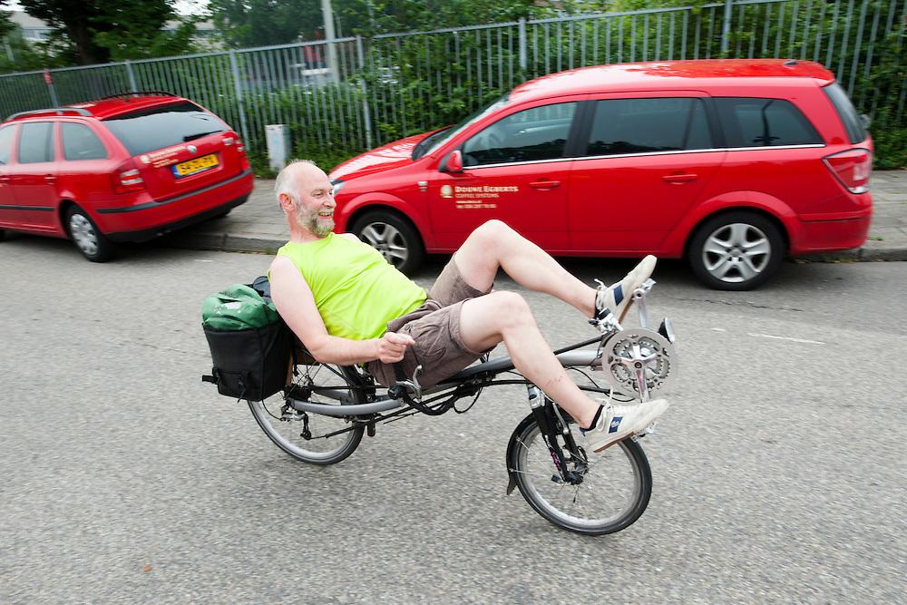 Een ligfietser rijdt door Utrecht.<br /> <br /> A recumbent bike in Utrecht.