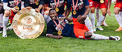 15.05.2016, Red Bull Arena, Salzburg, AUT, 1. FBL, FC Red Bull Salzburg, Meisterfeier, im Bild Naby Keita (Red Bull Salzburg) mit dem Meisterteller // Naby Keita (Red Bull Salzburg) watch to the trophy during the FC Red Bull Salzburg Champions Party of Austrian Football Bundesliga at the Red Bull Arena, Salzburg, Austria on 2016/05/15. EXPA Pictures © 2016, PhotoCredit: EXPA/ JFK