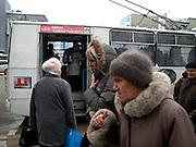 Nowosibirsk/Russische Foederation, RUS, 19.11.07: Bushaltestelle im Zentrum der sibirischen Hauptstadt Nowosibirsk. <br /> <br /> Novosibirsk/Russian Federation, RUS, 19.11.07: Bus stop in the center of the Siberian capital city Novosibirsk.