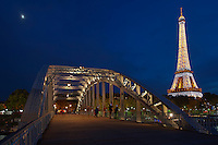 France, Paris (75), les rives de la Seine classées Patrimoine Mondial de l'UNESCO, la passerelle piétonnière Debilly et la Tour Eiffel illuminée (© SETE-illuminations Pierre Bideau) // France, Paris, Debilly footbridge and Eiffel Tower
