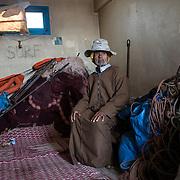 Ce viel homme (chibani) a péché toute sa vie et continue de le faire pour subvenir à ses besoins. Il pose ici dans son local qui lui sert ausi de logement pendant la saison de pêche.