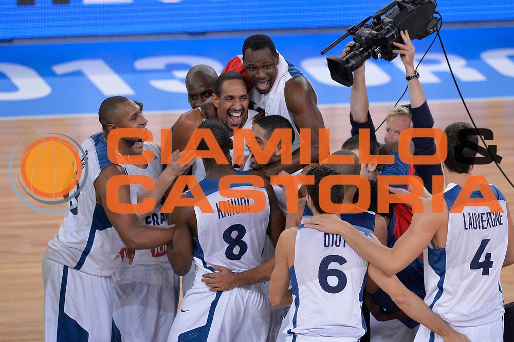 DESCRIZIONE : Lubiana Ljubliana Slovenia Eurobasket Men 2013 Finale Final Francia France Lituania Lithuania<br /> GIOCATORE : Team Francia Team France<br /> CATEGORIA : esultanza jubilation<br /> SQUADRA : Francia France<br /> EVENTO : Eurobasket Men 2013<br /> GARA : Francia France Lituania Lithuania<br /> DATA : 22/09/2013 <br /> SPORT : Pallacanestro <br /> AUTORE : Agenzia Ciamillo-Castoria/C.De Massis<br /> Galleria : Eurobasket Men 2013<br /> Fotonotizia : Lubiana Ljubliana Slovenia Eurobasket Men 2013 Finale Final Francia France Lituania Lithuania<br /> Predefinita :