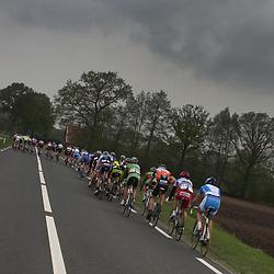 peloton onderweg in de 58e ronde van Overijssel