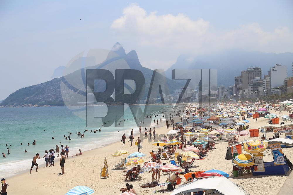 RIO DE JANEIRO, RJ - 04.02.2016 - CLIMA-RJ - Banhistas aproveitam dia de intenso calor na praia do Arpoador, na zona sul do Rio de Janeiro, nesta quinta-feira (4). (Foto: Vanessa Carvalho/Brazil Photo Press)