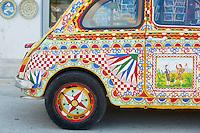 Italie, Sicile, Region de Trapani, Selinunte, Fiat 500 peint comme un char sicilien // Italy, Italia, Sicily, Sicilia, Trapani district, Selinunte, Fiat 500 painted as a sicilian car