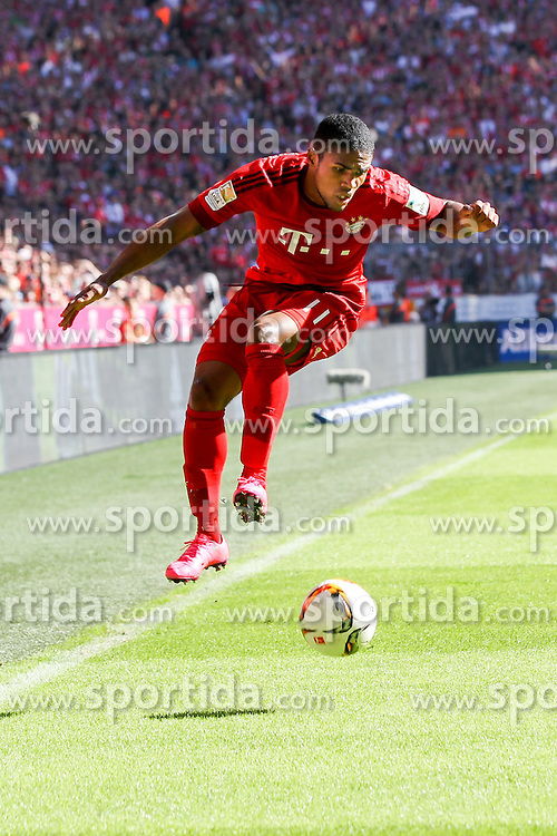 12.09.2015, Allianz Arena, Muenchen, GER, 1. FBL, FC Bayern Muenchen vs FC Augsburg, 4. Runde, im Bild Douglas Costa #11 (FC Bayern Muenchen) // during the German Bundesliga 4th round match between FC Bayern Munich and FC Augsburg at the Allianz Arena in Muenchen, Germany on 2015/09/12. EXPA Pictures &copy; 2015, PhotoCredit: EXPA/ Eibner-Pressefoto/ Kolbert<br /> <br /> *****ATTENTION - OUT of GER*****